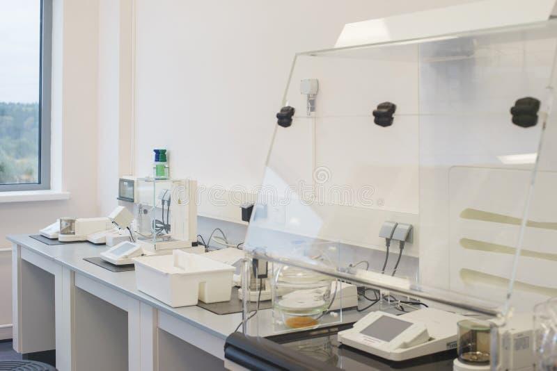 Helder leeg bureau in een wetenschappelijk medisch die laboratorium met moderne meetapparatuur en speciale apparaten wordt uitger royalty-vrije stock foto