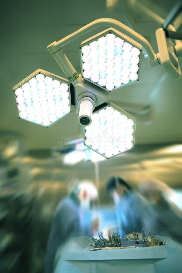 Helder licht in de chirurgieruimte op de achtergrond van werkende su royalty-vrije stock foto