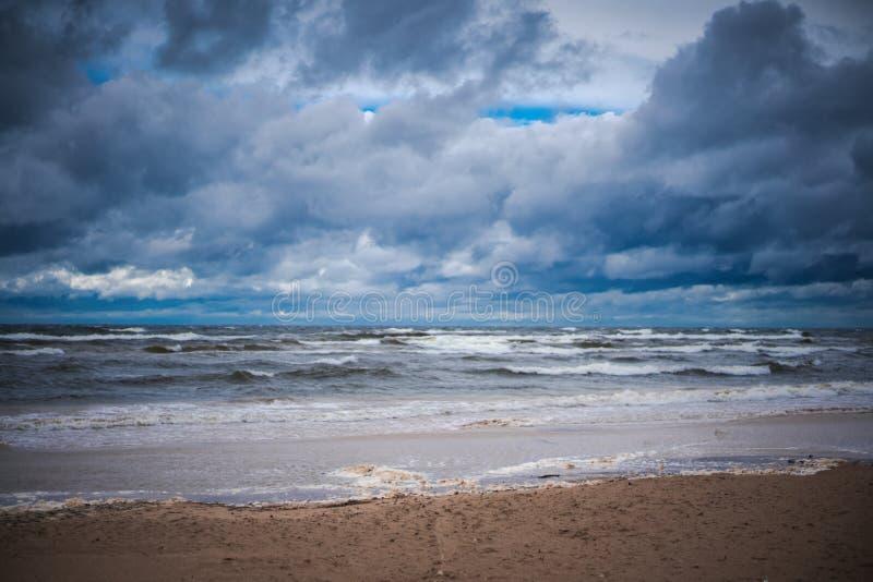 Helder mooi landschap, koude Oostzee tijdens een onweer, ruwe noordelijke aard royalty-vrije stock afbeelding