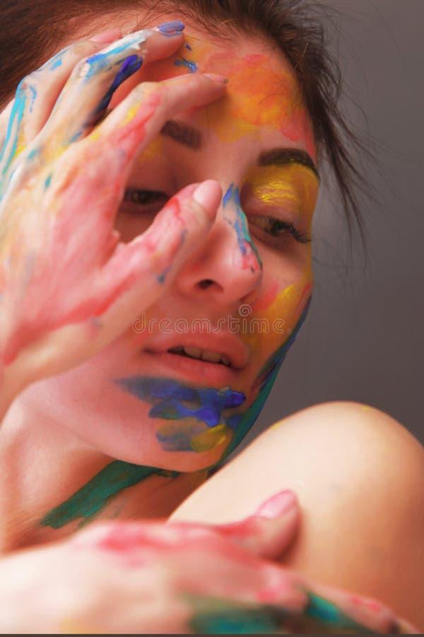 Helder mooi meisje met kunst kleurrijke samenstelling royalty-vrije stock fotografie
