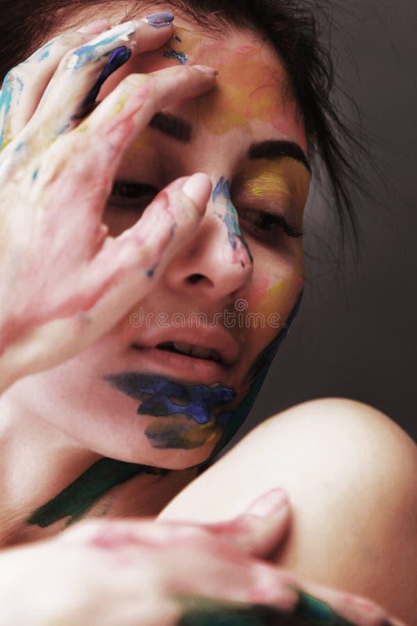 Helder mooi meisje met kunst kleurrijke samenstelling stock fotografie