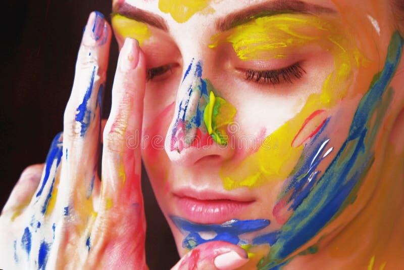 Helder mooi meisje met kunst kleurrijke samenstelling stock afbeelding