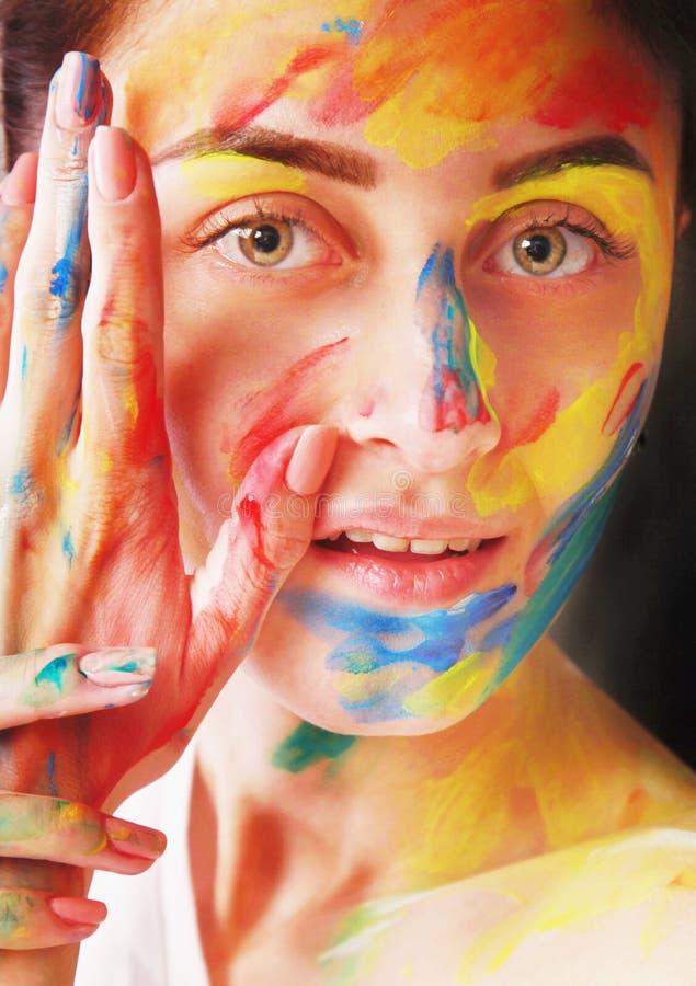Helder mooi meisje met kunst kleurrijke samenstelling royalty-vrije stock afbeeldingen
