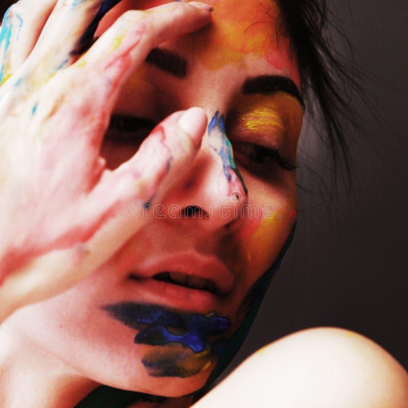 Helder mooi meisje met kunst kleurrijke samenstelling royalty-vrije stock foto