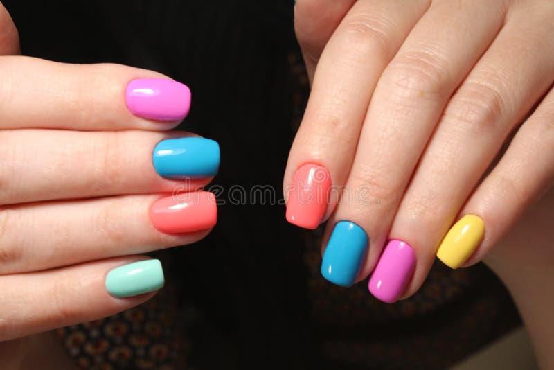 Helder multi-colored ontwerp van manicure stock foto's