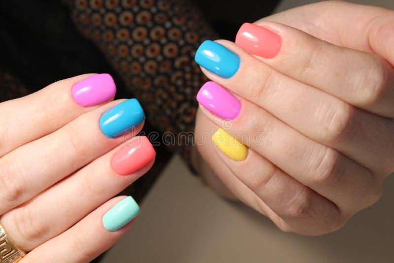 Helder multi-colored ontwerp van manicure royalty-vrije stock fotografie