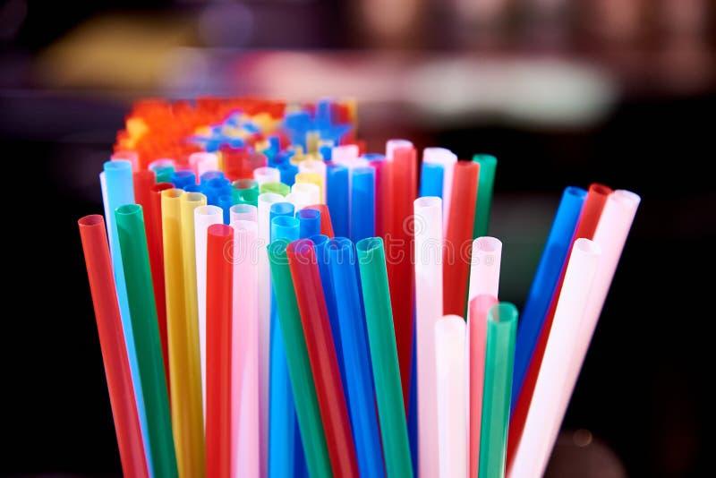 Helder multicolored stro voor cocktails stock afbeeldingen