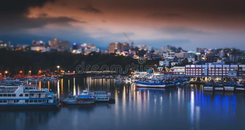 Helder nachtlandschap met schuine stand-verschuiving effect Jejueiland, de stad Seogwipo van Zuid-Korea stock foto's