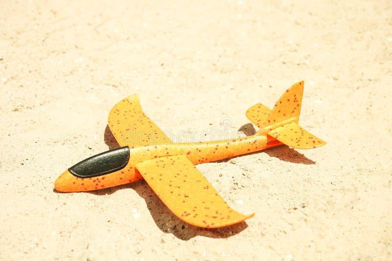 Helder oranje stuk speelgoed schuimvliegtuig stock fotografie