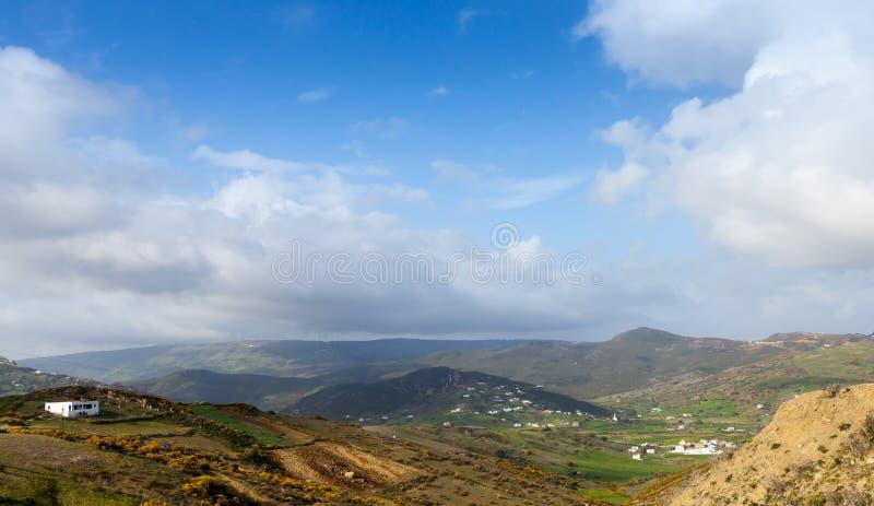 Helder panoramisch berglandschap Tanger, Marokko stock foto's