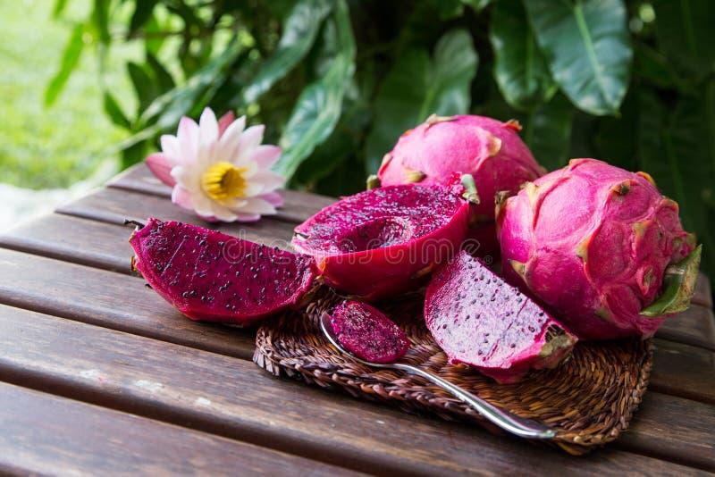 Helder sappig tropisch rood draakfruit Draakfruit of Pitaya i royalty-vrije stock afbeeldingen