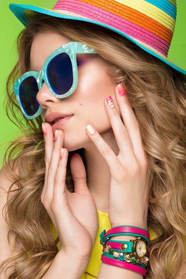 Helder vrolijk meisje in de zomerhoed, kleurrijke samenstelling, krullen en roze manicure Het Gezicht van de schoonheid royalty-vrije stock afbeelding