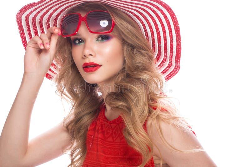 Helder vrolijk meisje in de zomerhoed, kleurrijke samenstelling, krullen en roze manicure Het Gezicht van de schoonheid stock foto