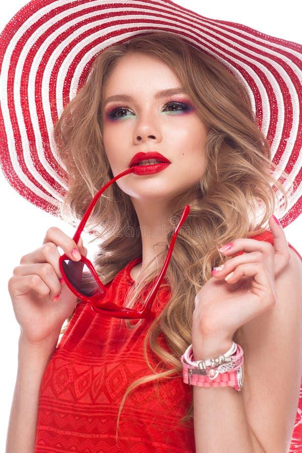 Helder vrolijk meisje in de zomerhoed, kleurrijke samenstelling, krullen en roze manicure Het Gezicht van de schoonheid stock foto's