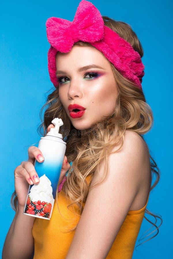 Helder vrolijk meisje in huishoed, kleurrijke samenstelling, krullen en roze manicure Het Gezicht van de schoonheid stock afbeeldingen