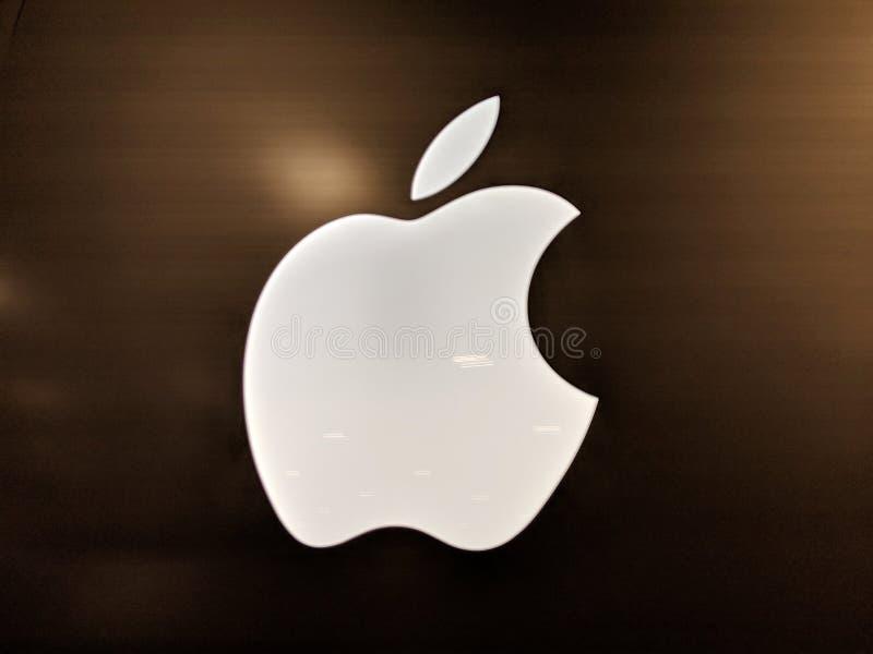 Helder Wit Apple-Embleem binnen Best Buy-opslag stock foto's