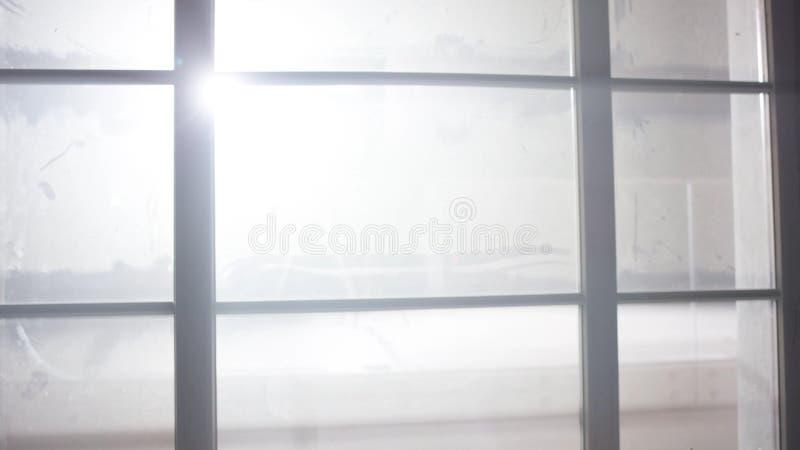 Helder wit licht buiten het venster Schijnwerper buiten het venster Half open venster met mening aan de buitenhelft  royalty-vrije stock afbeeldingen