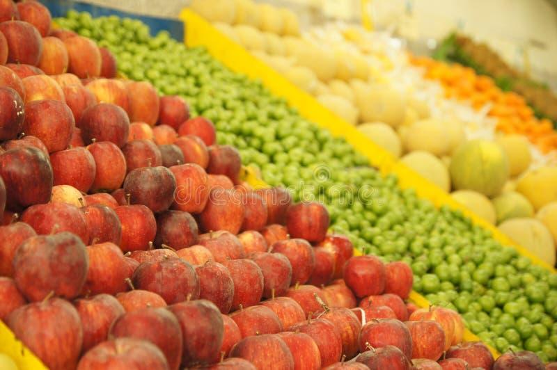 Heldere appelen en andere vruchten in een fruit Perzische winkel royalty-vrije stock afbeeldingen