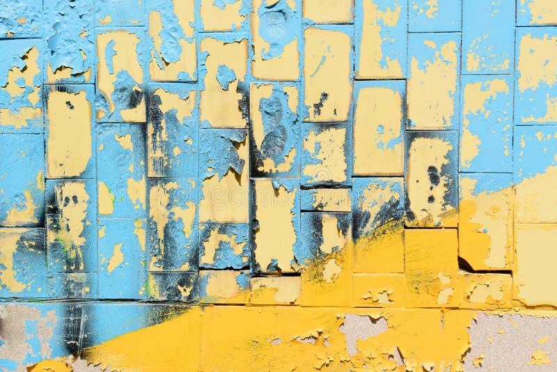 Heldere blauwe en gele tegels van de Oekraïne Vergroting van muur met tegels op een zonnige dag stock foto