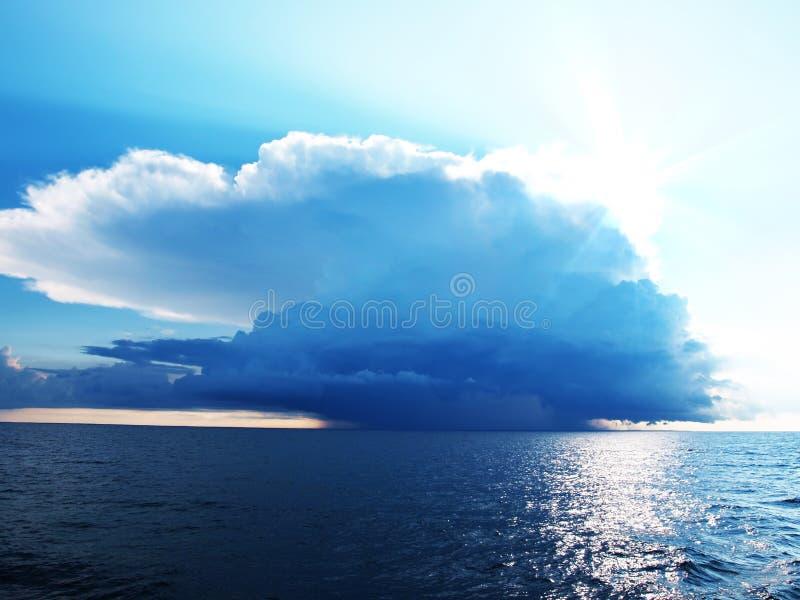 Heldere blauwe hemel met stormachtige wolken over een overzees royalty-vrije stock foto