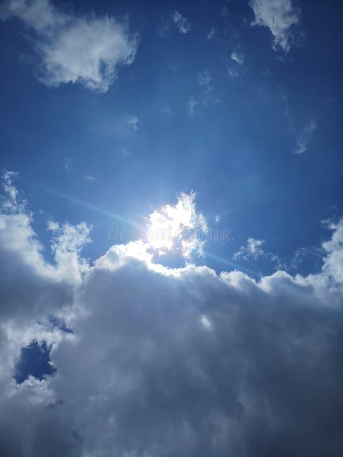 Heldere blauwe hemel met wolken stock afbeeldingen