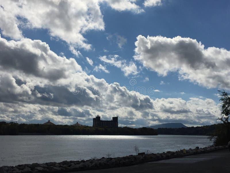 Heldere blauwe hemel over de rivier royalty-vrije stock afbeeldingen