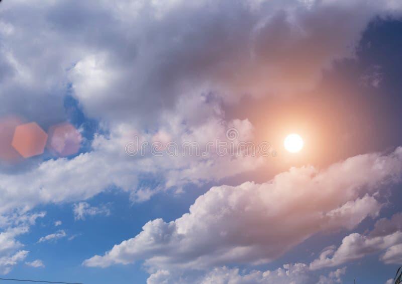 Heldere blauwe hemel stock afbeelding