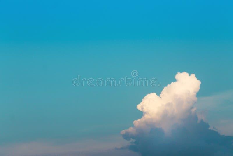 Heldere blauwe hemelachtergrond met witte wolkenpatronen en exemplaarruimte royalty-vrije stock afbeeldingen