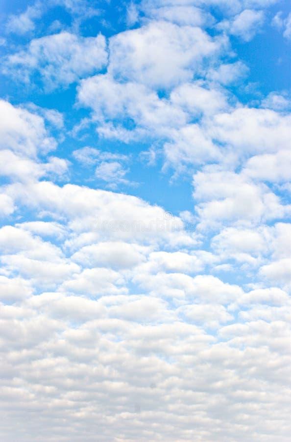 Heldere Blauwe Zonnige Hemel stock afbeeldingen