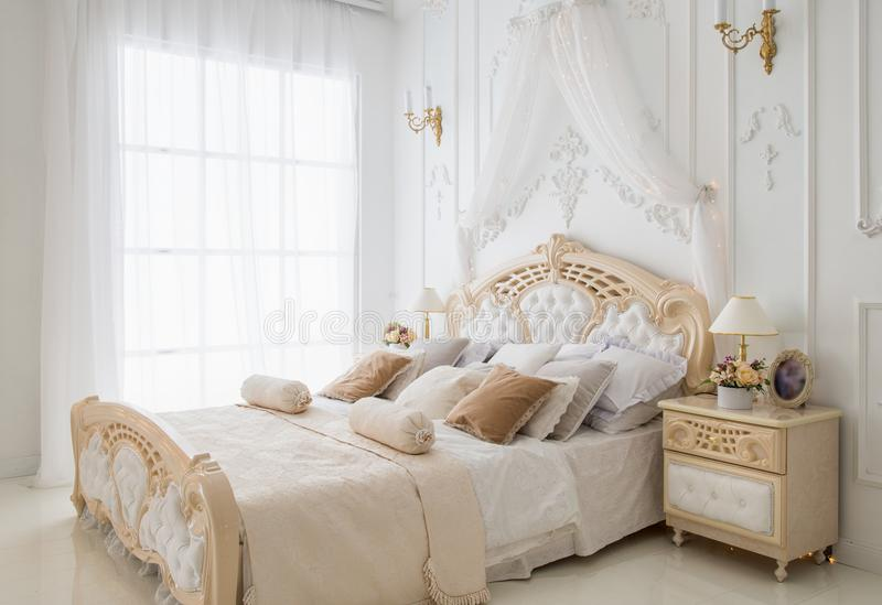 Heldere comfortabele slaapkamer royalty-vrije stock foto