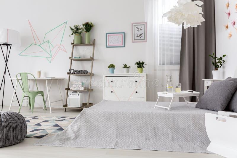 Heldere comfortabele slaapkamer stock foto's