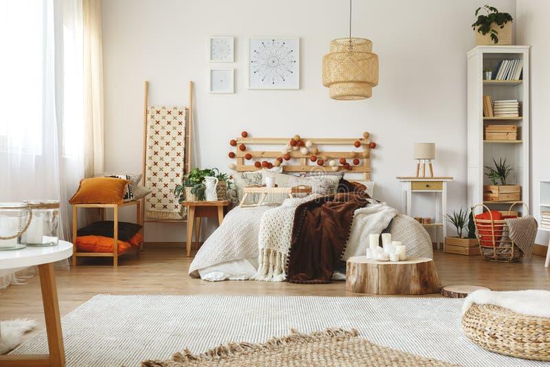 Heldere comfortabele slaapkamer stock foto
