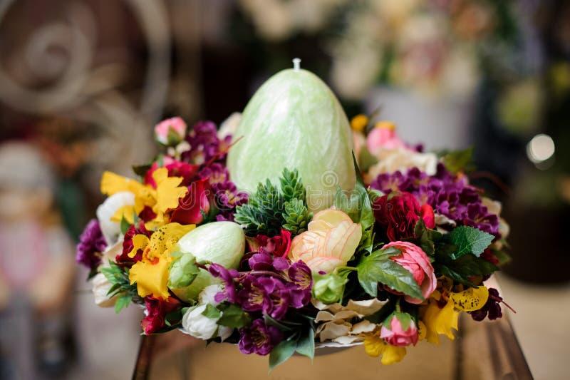 Heldere de lentesamenstelling met veelkleurige bloemen en grote eikaars royalty-vrije stock fotografie