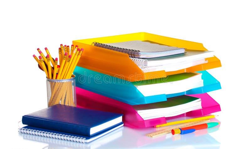 Heldere document dienbladen en kantoorbehoeften stock foto's