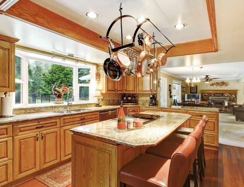 Heldere elegante keukenruimte stock afbeeldingen