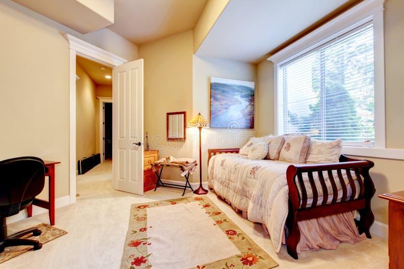Heldere En Comfortabele Kleine Slaapkamer Met Eenpersoonsbed En ...