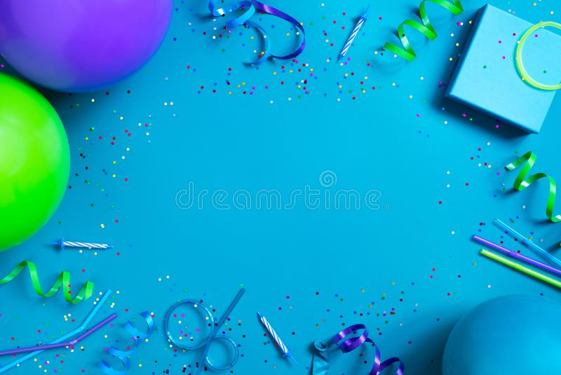 Heldere feestelijke blauwe achtergrond met de toebehoren van de verjaardagspartij royalty-vrije stock afbeeldingen