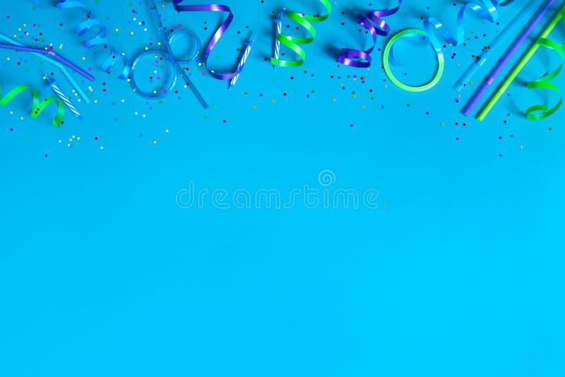 Heldere feestelijke blauwe achtergrond met partijtoebehoren royalty-vrije stock foto's