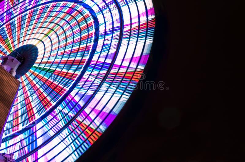 Heldere Ferris Wheel Spinning Against Black-Nachthemel royalty-vrije stock afbeeldingen