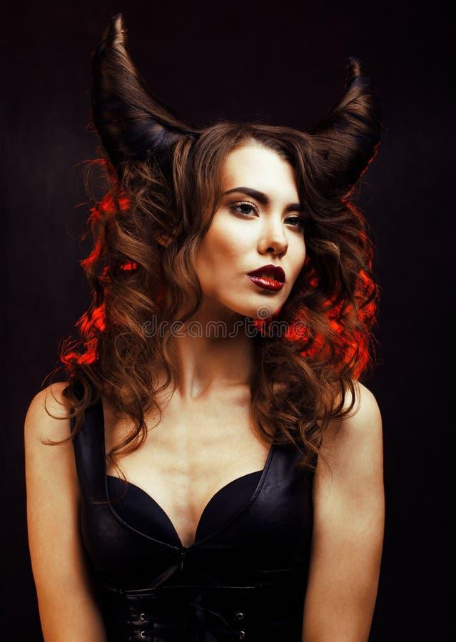 Heldere geheimzinnige vrouw met hoornhaar, Halloween-viering stock foto's