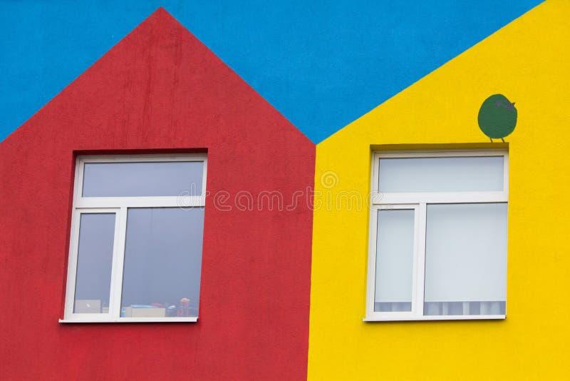 Heldere gekleurde moderne openbaar gebouwkleuterschool royalty-vrije stock afbeelding
