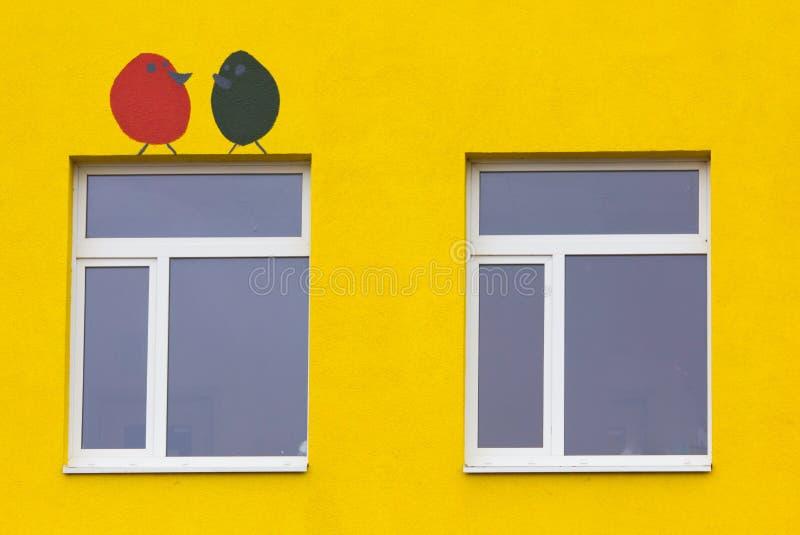 Heldere gekleurde moderne openbaar gebouwkleuterschool royalty-vrije stock afbeeldingen
