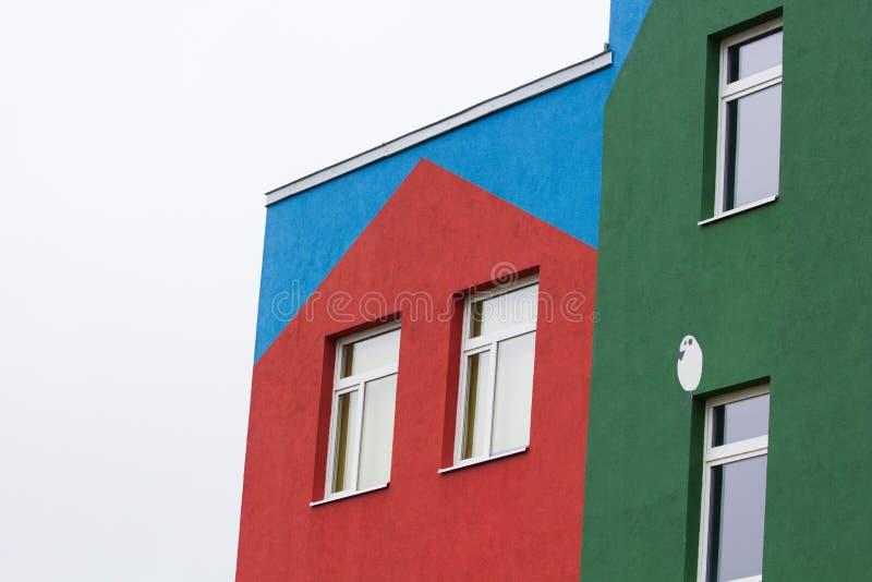 Heldere gekleurde moderne openbaar gebouwkleuterschool stock afbeelding