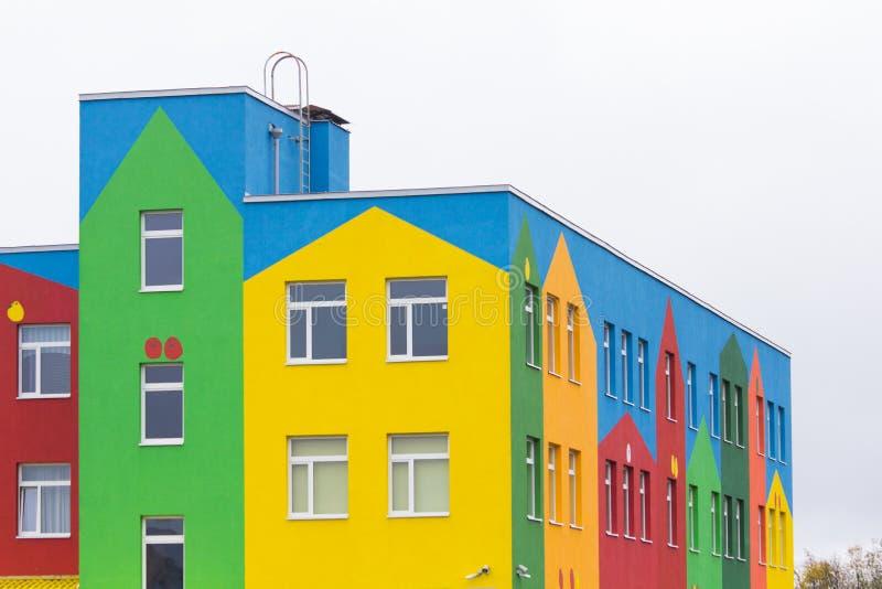 Heldere gekleurde moderne openbaar gebouwkleuterschool stock fotografie