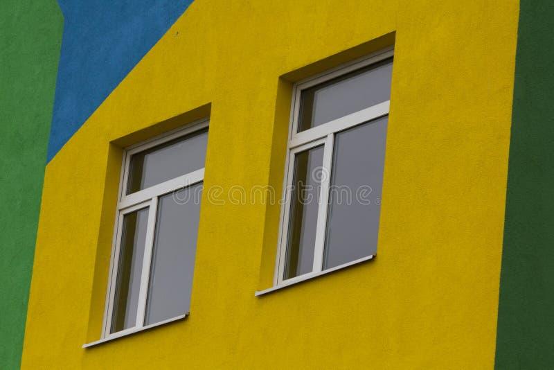 Heldere gekleurde moderne openbaar gebouwkleuterschool stock foto's