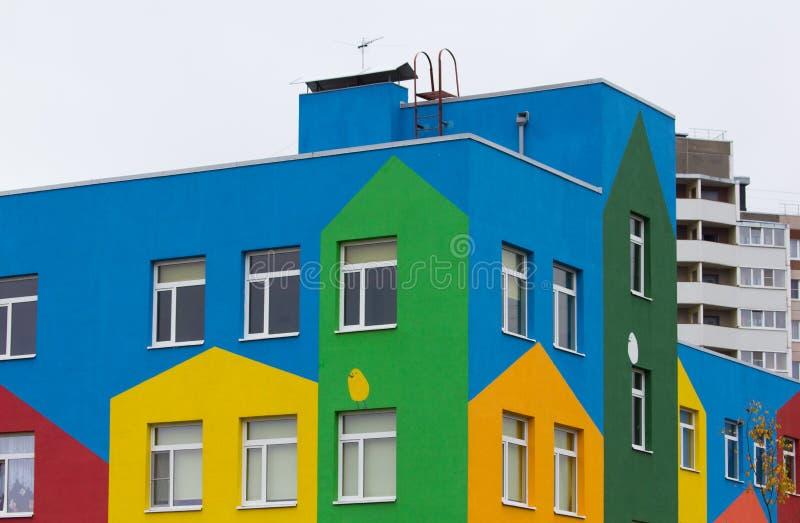 Heldere gekleurde moderne openbaar gebouwkleuterschool royalty-vrije stock foto