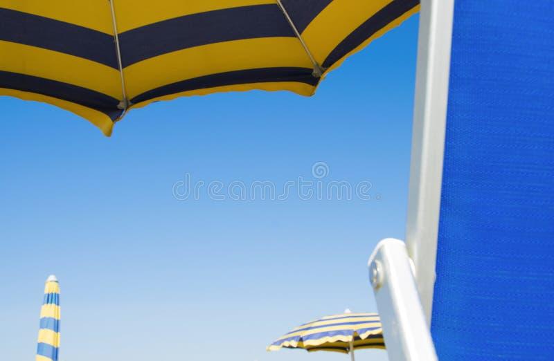 Heldere gekleurde paraplu's op het strand royalty-vrije stock foto's