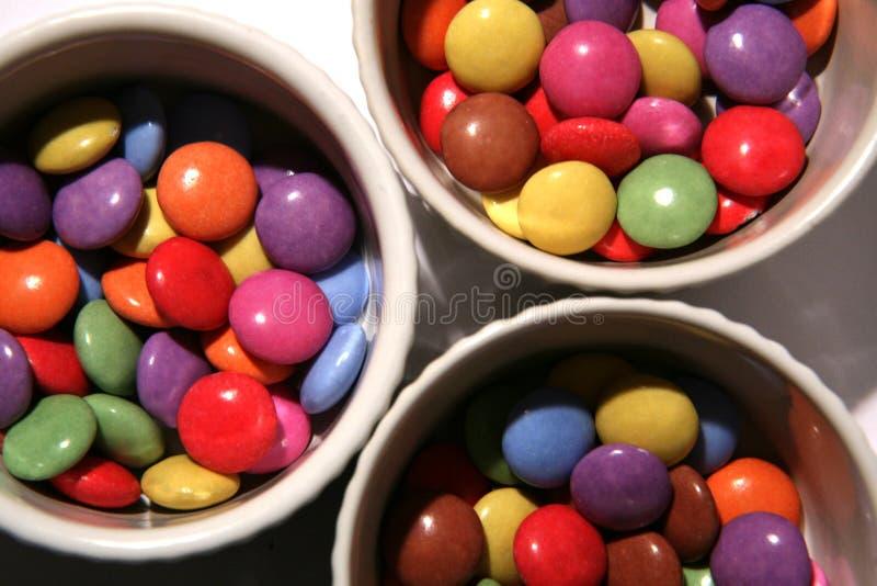 Heldere gekleurde snoepjes in kommen royalty-vrije stock afbeelding