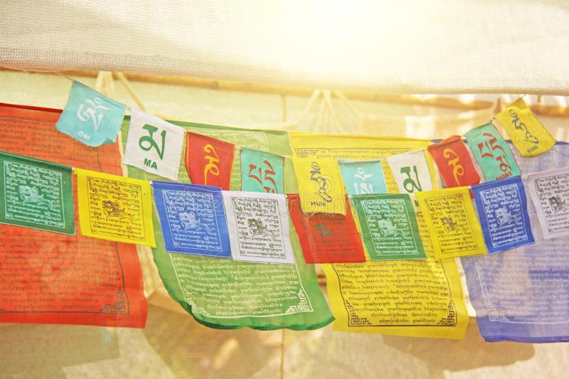 Heldere gekleurde Tibetaanse vlaggen met mantras stock foto