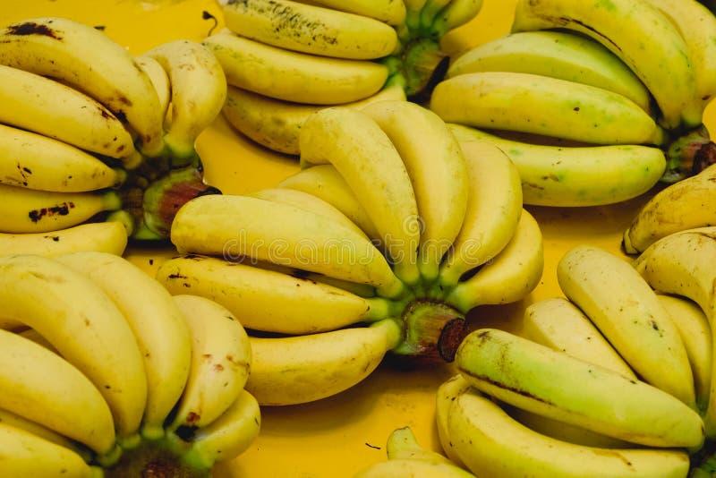 Heldere gele bos van smakelijke rijpe bananenachtergrond textur stock foto's